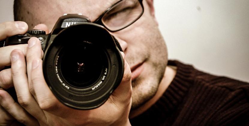 fotograf i profesjonalny sprzęt fotograficzny